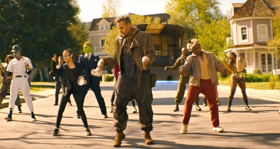 """Chris Brown lança clipe dançante e futurístico para a faixa """"Tempo""""; vem assistir"""