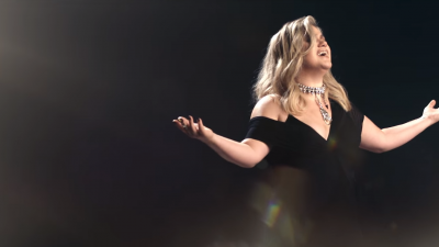 "Kelly Clarkson lança clipe emocionante e revelador para ""I Don't Think About You""; assista!"