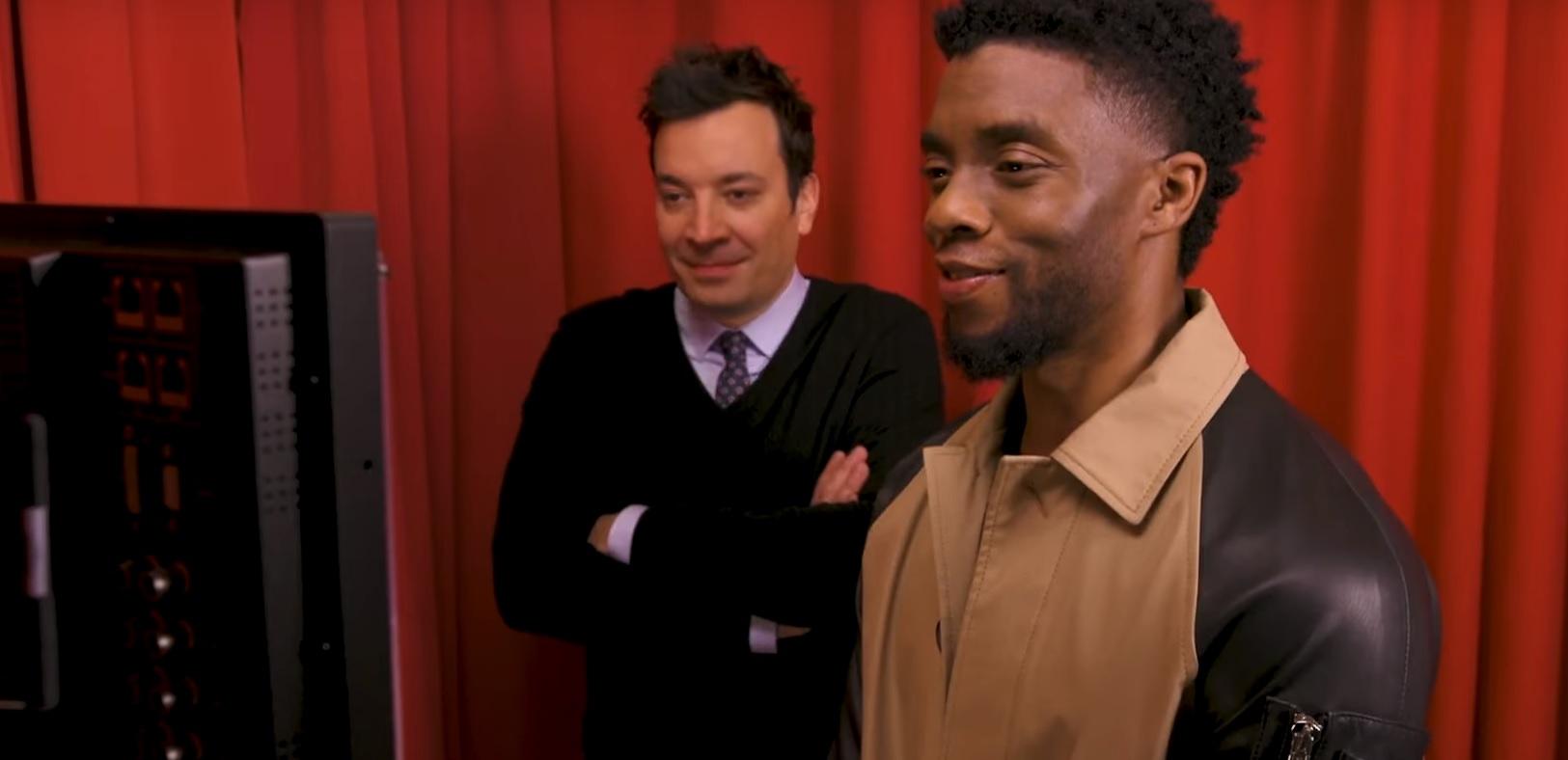 Fofo, Chadwick Boseman surpreende fãs do 'Pantera Negra' no Tonight Show; assista!