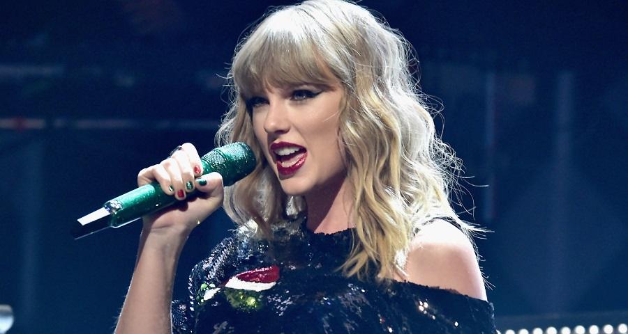 "Taylor Swift aparece de surpresa em bar de Nashville e canta ""Shake It Off"" e ""Better Man""; assista"