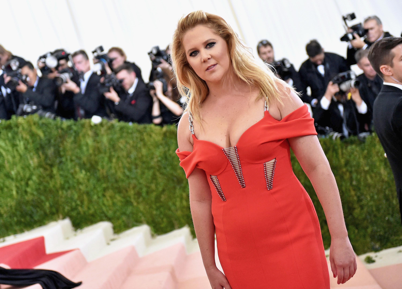 """Após demissão, empresária de Amy Schumer fala sobre rumores de ciúmes do marido: """"Breve romance"""""""