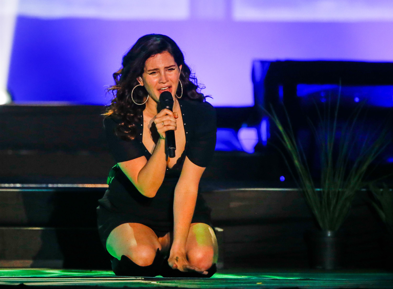 Homem pula grade, atinge Lana Del Rey e fãs revelam preocupação; assista!