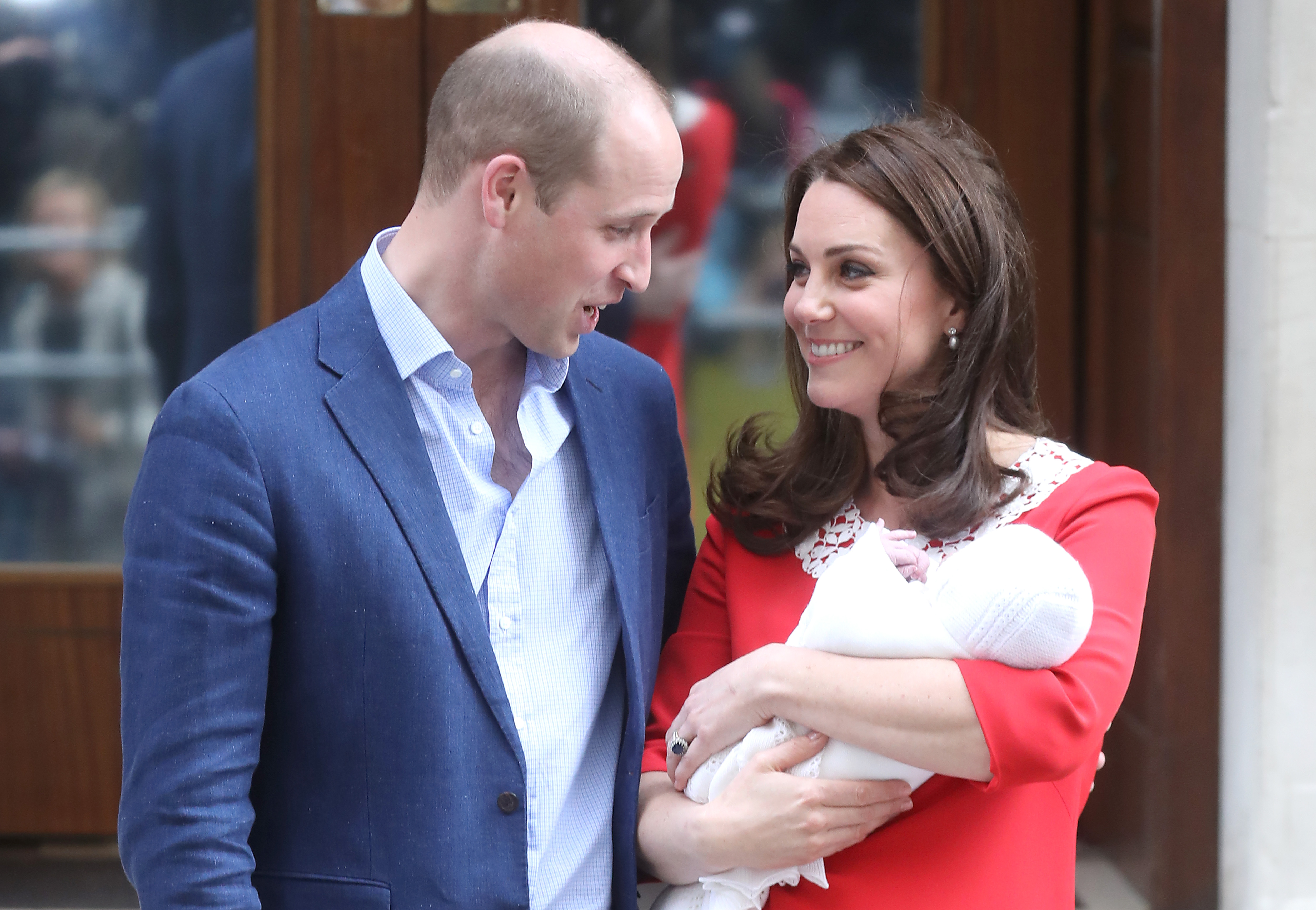 the-duke-duchess-of-cambridge-depart-the-lindo-wing-with-their-new-son-6