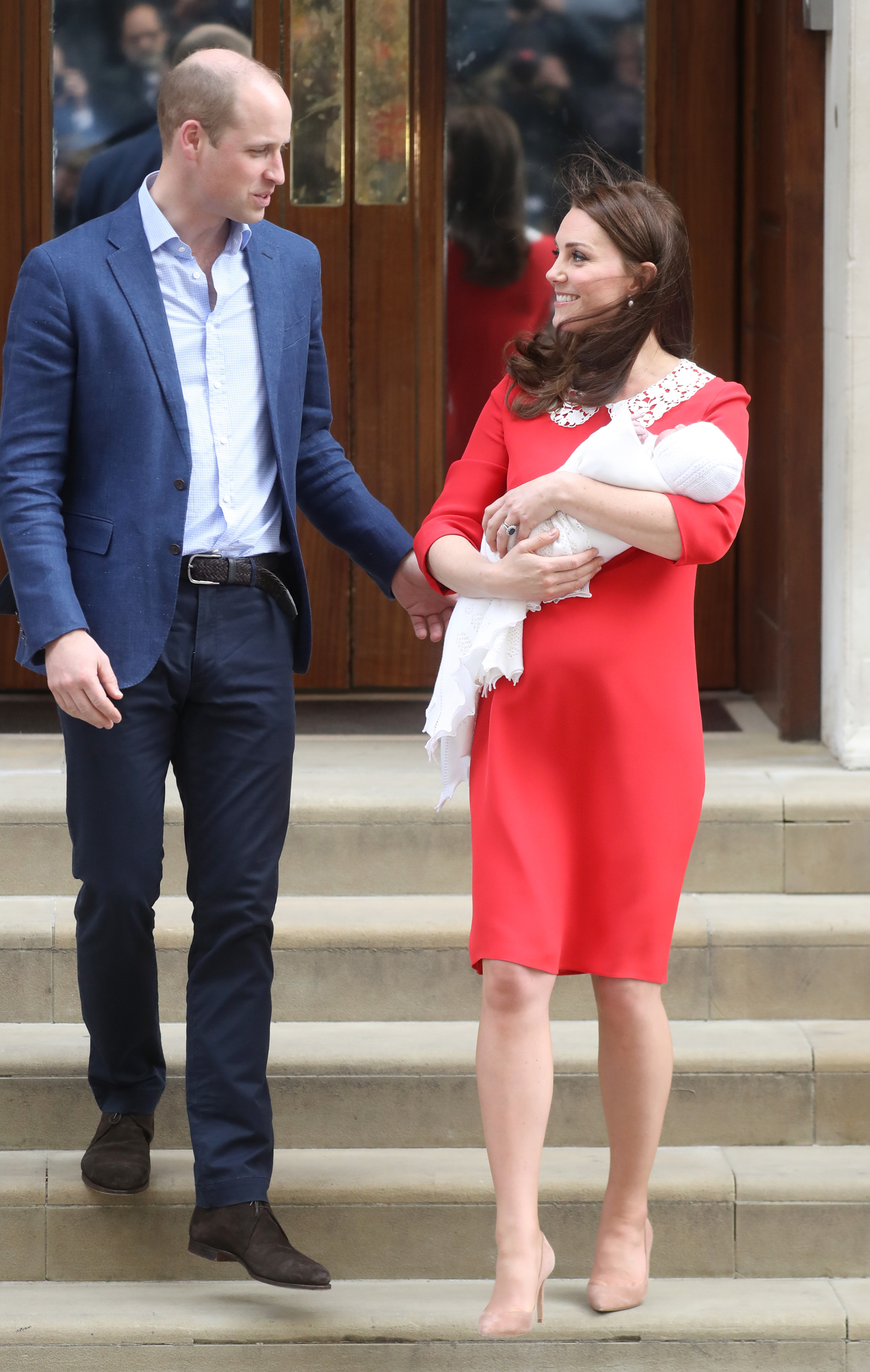 the-duke-duchess-of-cambridge-depart-the-lindo-wing-with-their-new-son-7