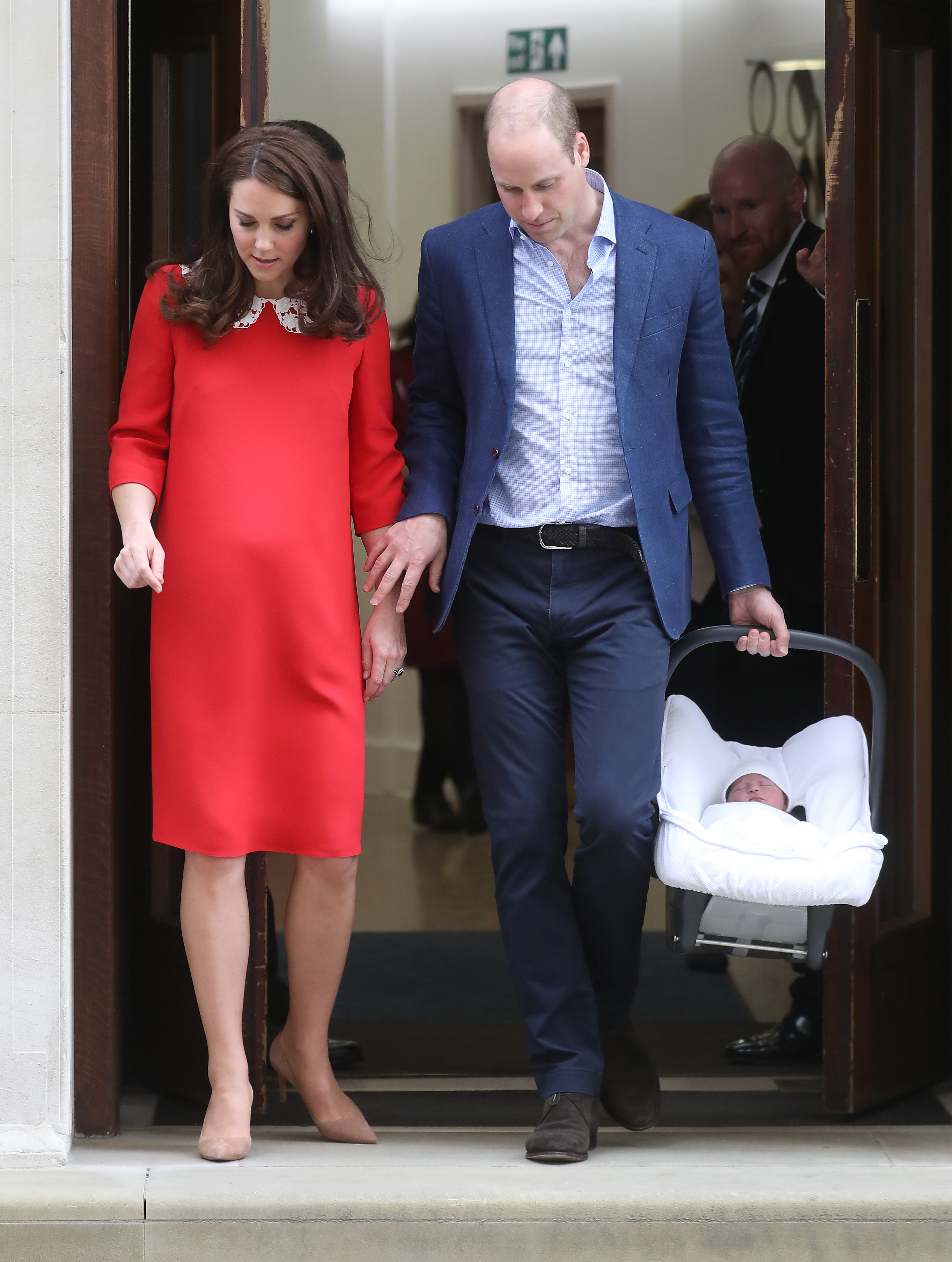 the-duke-duchess-of-cambridge-depart-the-lindo-wing-with-their-new-son-8