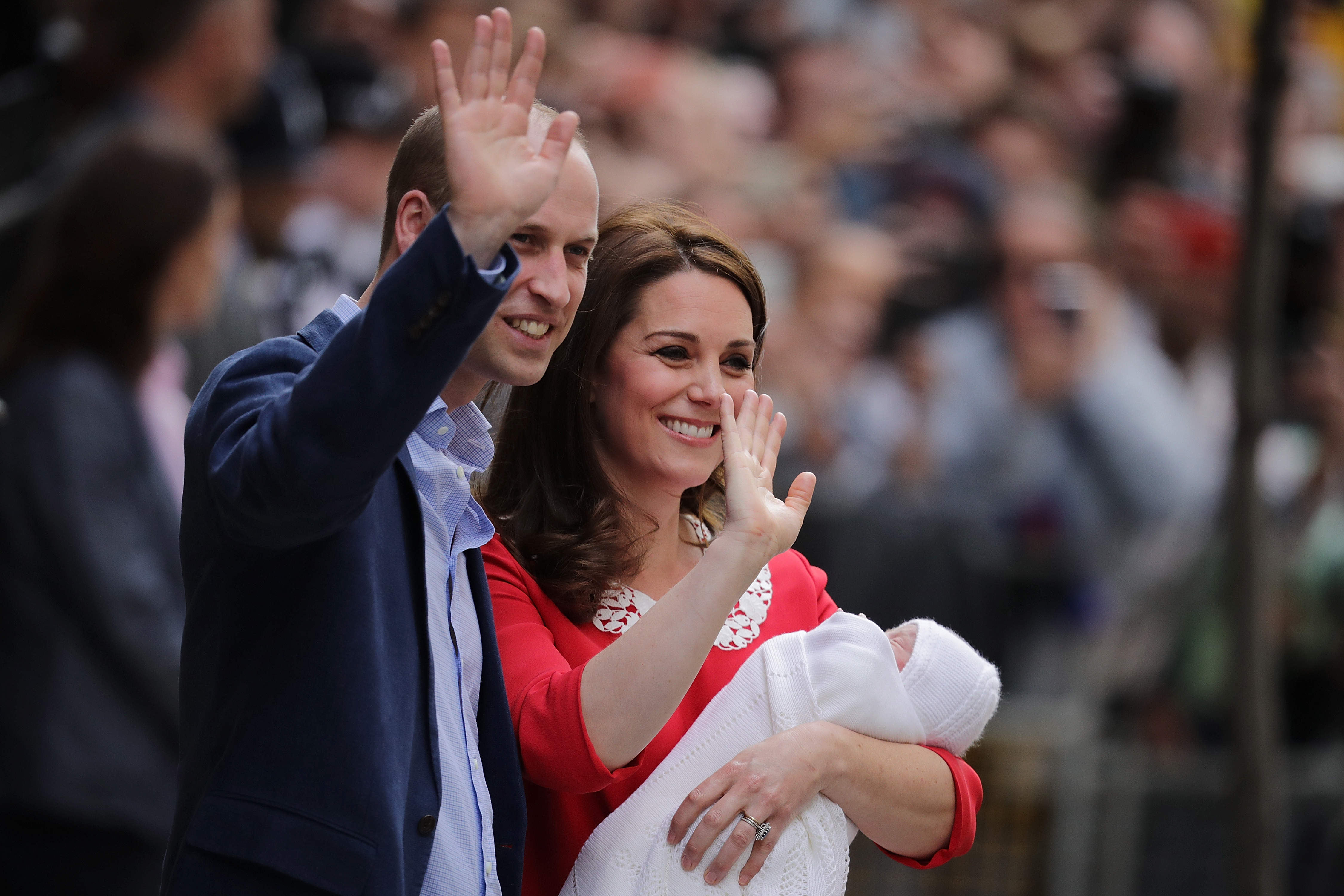 the-duke-duchess-of-cambridge-depart-the-lindo-wing-with-their-new-son-10