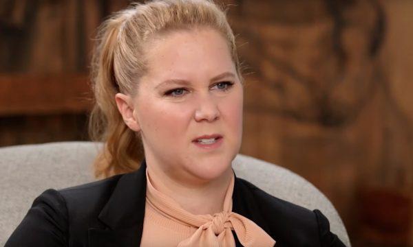Amy Schumer revela ter sido estuprada por ex-namorado: 'Perdi a virgindade enquanto dormia'