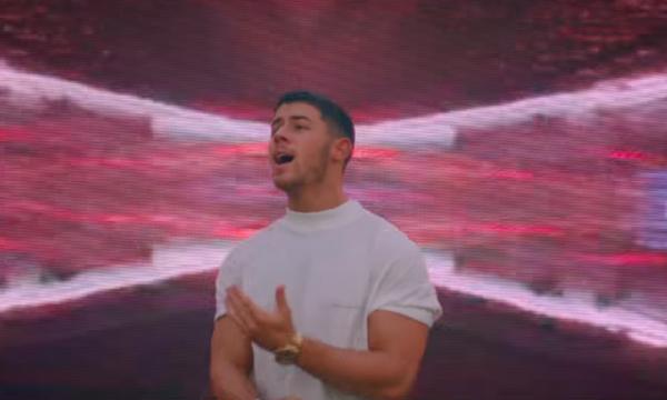 Após live no 'American Idol', Nick Jonas estreia clipe bapho de 'Anywhere'! Vem ver
