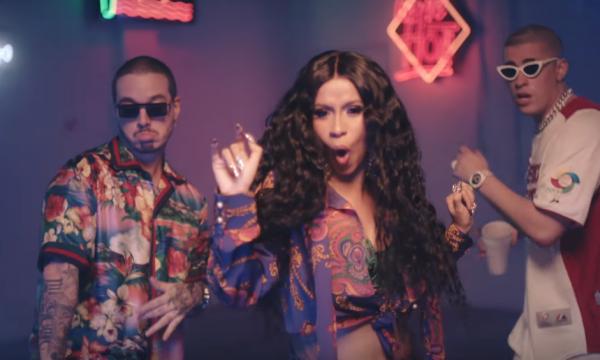 Cardi B arrasa nos looks no clipe divertido de 'I Like It', parceria com J Balvin e Bad Bunny