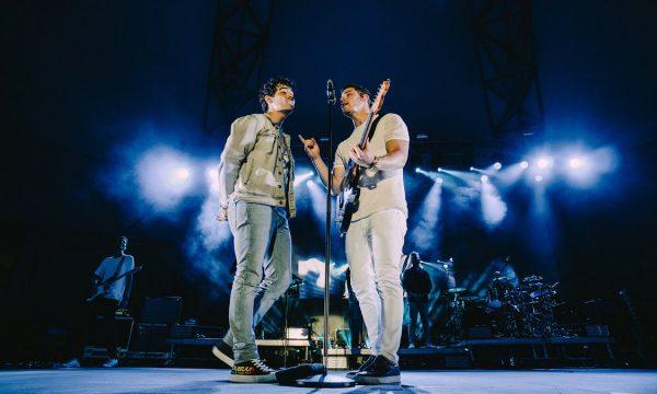 Nick e Joe Jonas relembram os tempos de banda e cantam 'Lovebug' juntos ao vivo; vem ver!