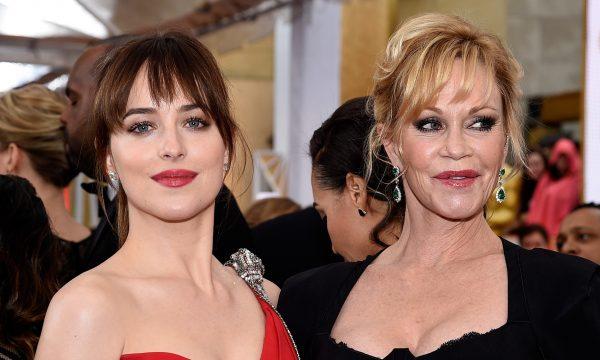 Mãe de Dakota Johnson, Melanie Griffith, faz comentário sobre namoro com Chris Martin