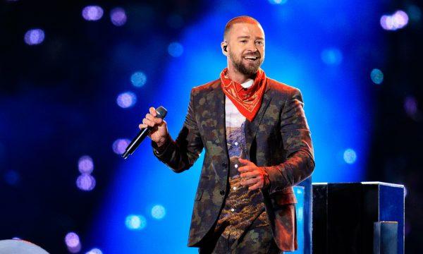"""Show de fofura! Justin Timberlake presenteia fã idosa com """"melhor noite da vida""""; assista!"""