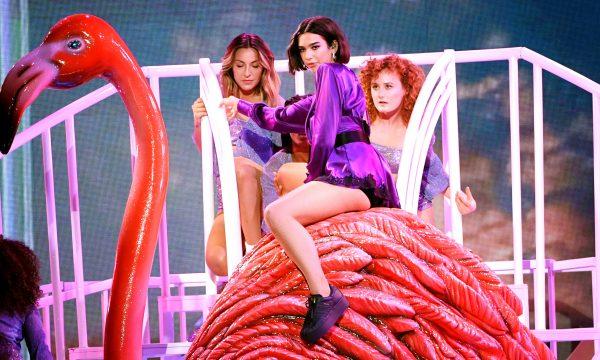 BBMAs 2018: Dua Lipa leva sua 'New Rules' para o palco e arrasa no look; assista!