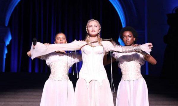 """OMG! Madonna faz apresentação ÉPICA de """"Like a Prayer"""" no MET Gala, assista!"""