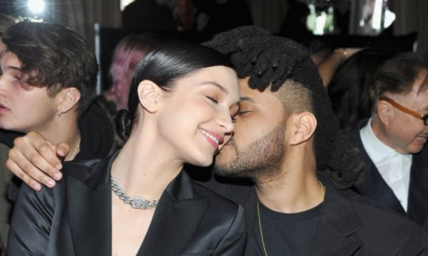 "Efeito The Weeknd? Bella Hadid diz que está ""sorrindo mais"" porque está ""finalmente centrada"""