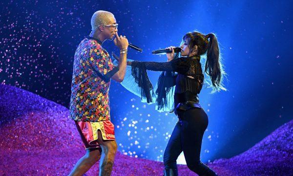 """BBMAs 2018: Camila Cabello e Pharrell fazem performance dançante de """"Sangria Wine"""""""