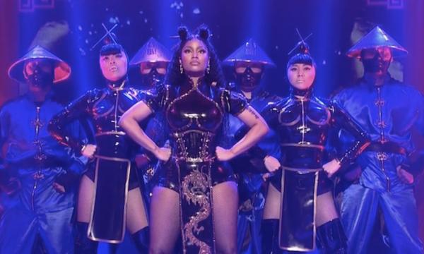 """Nicki Minaj faz primeira performance de """"Chun-Li"""" na TV e surpreende com """"Poke It Out"""" no SNL;assista!"""