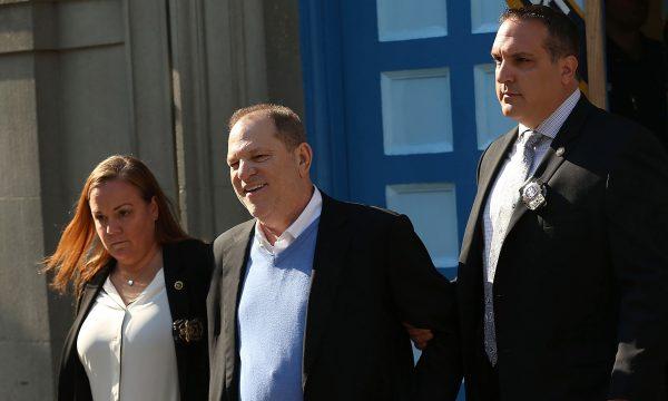 Harvey Weinstein deixa delegacia sorridente e paga fiança milionária após acusações