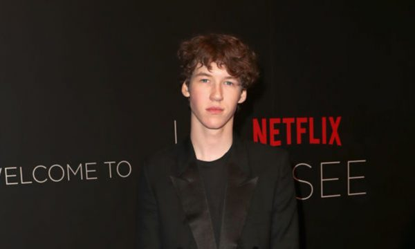 "Ator de ""13 Reasons Why"" comenta cena de abuso sexual: 'Não podemos censurar os fatos'"