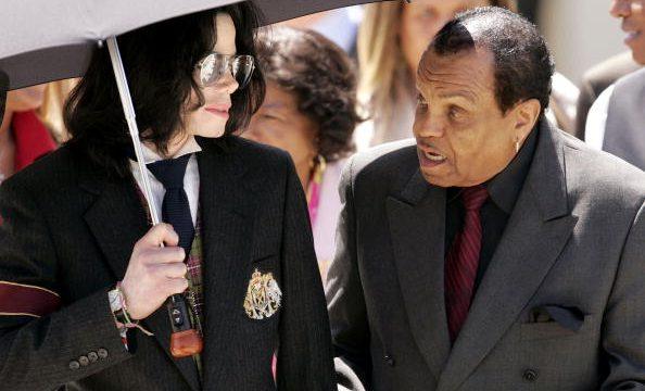 Pai de Michael Jackson estava fora do testamento do filho, afirma revista 'People'