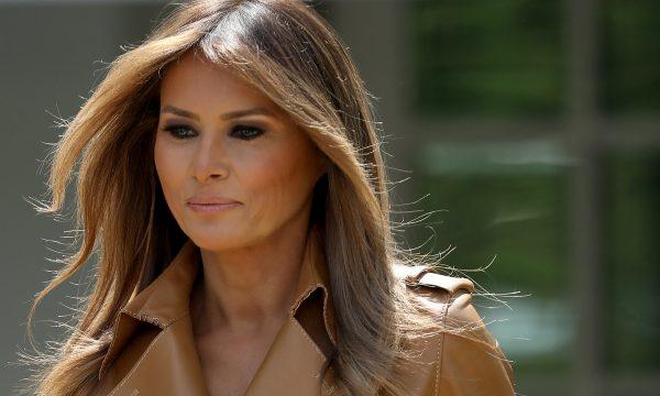Melania Trump causa revolta com mensagem equivocada em casaco durante visita à crianças