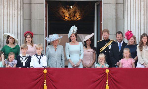 Por que Meghan Markle estava atrás de Kate Middleton em sua estreia na varanda do Palácio de Buckingham