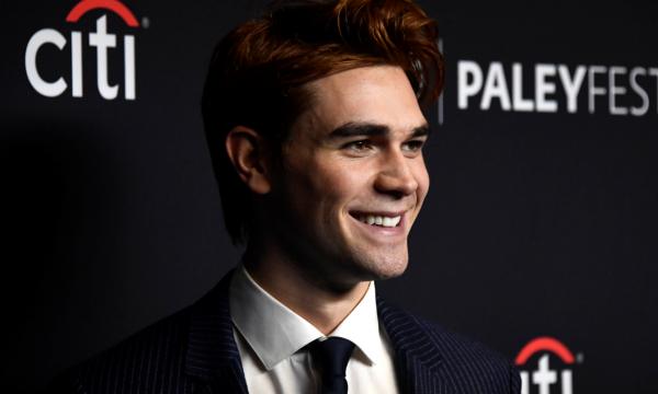 KJ Apa, de 'Riverdale', comenta sobre um possível romance gay envolvendo 'Archie' na série