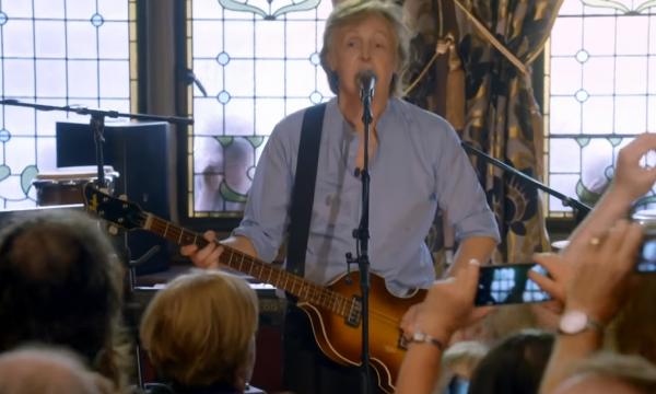 """Paul McCartney surpreende fãs com show no """"Carpool Karaoke"""" e canta clássicos; assista!"""