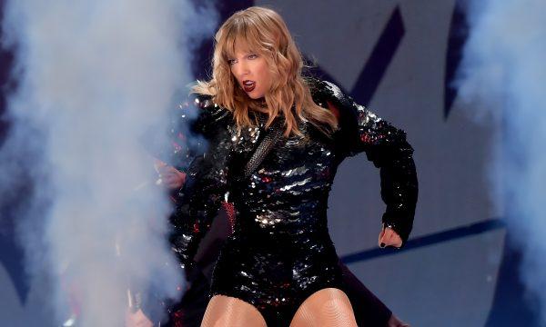 Após pedido no Twitter, Taylor Swift se encontra com fã que está lutando contra câncer