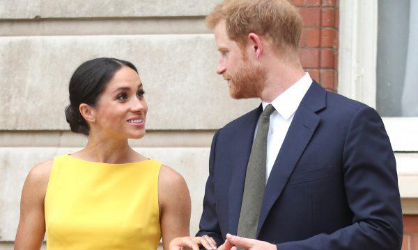 """Meghan Markle e Harry marcam com """"assinatura"""" do casal as fotos oficiais do batizado de Louis; confira!"""