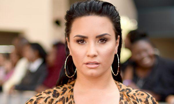 Demi Lovato deixa clínica de reabilitação para fazer tratamento em Chicago, diz TMZ