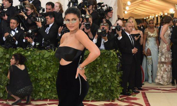 Três meses após remoção, Kylie Jenner recoloca preenchimento labial e agradece por resultado!