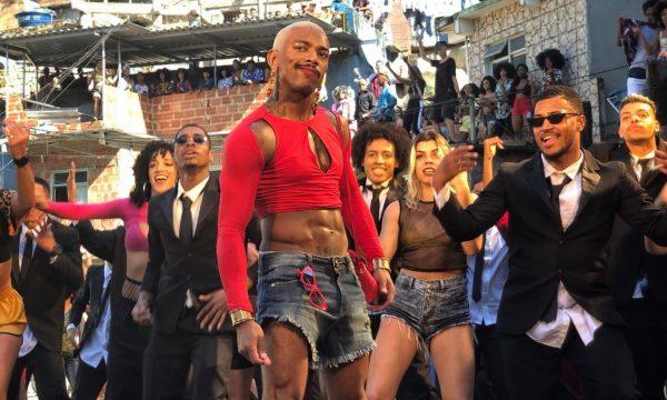 "EXCLUSIVO: Nego do Borel agita comunidade com baile funk no clipe de ""Me Solta""; assista"