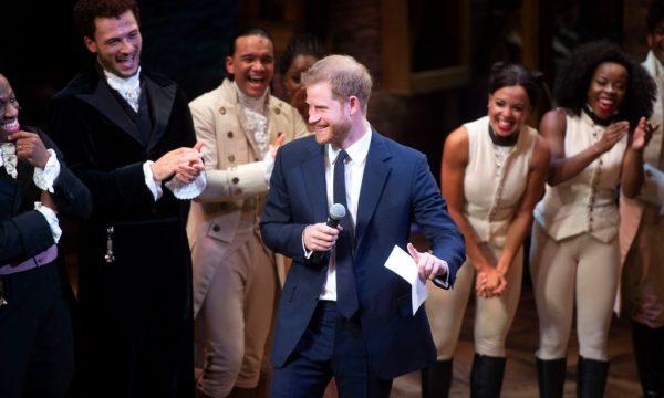 Príncipe Harry surpreende ao cantar trecho de canção do musical 'Hamilton' no teatro; assista!