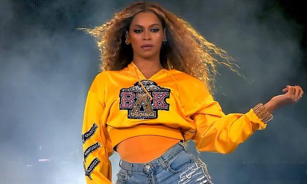 OMG! Fã leva cartaz sobre aniversário e surta com reação de Beyoncé no meio do show!