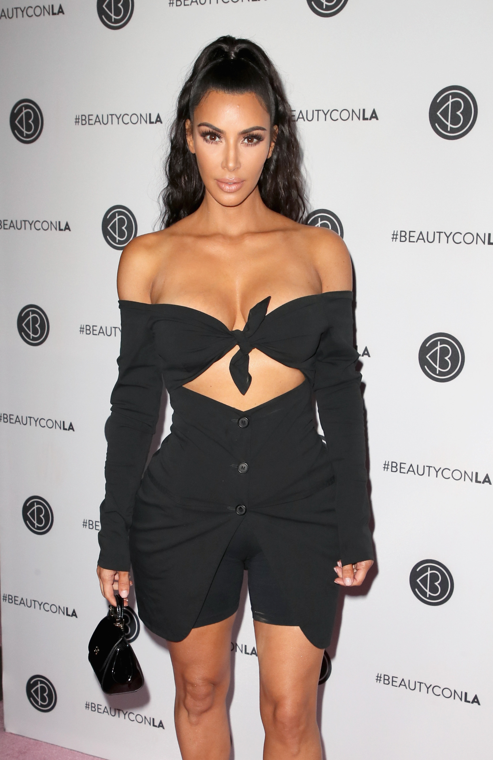 b4ac2b15f Kim Kardashian economizou no tecido de seu biquíni! Seria crise ! kkkkkk  (Photo by David Livingston Getty Images)