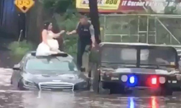 Vídeo: Noiva fica presa em carro durante alagamento e é resgatada por policiais