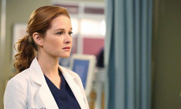 """Sarah Drew desabafa sobre vida após 'Grey's Anatomy': """"Tudo acontece por um motivo"""""""