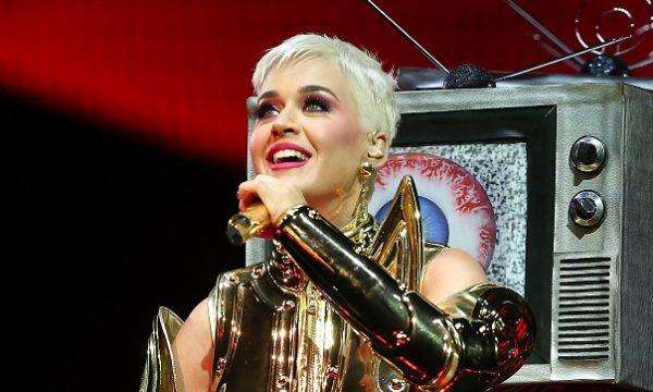 Katy Perry faz show em casa de fã de oito anos