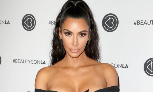 """Kim Kardashian contrata assistente de selfie e modelos pra provar suas roupas: """"Elas ficam horas"""""""