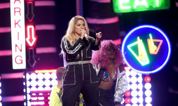 "'Teen Choice Awards 2018': Meghan Trainor arrasa em performance de ""No Excuses"" e ""Let You Be Right"""
