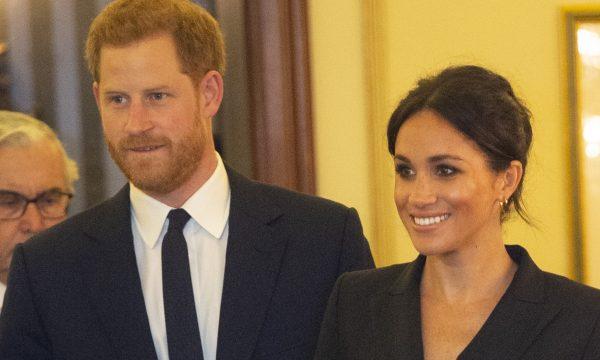 Flagra: Príncipe Harry faz 'marmita' em evento de Meghan Markle e ajuda esposa com o cabelo; assista