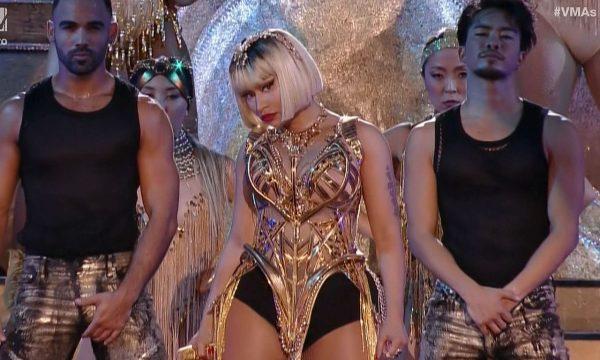 Nicki Minaj reconhece seguidor e dança funk com fã em show em São Paulo!