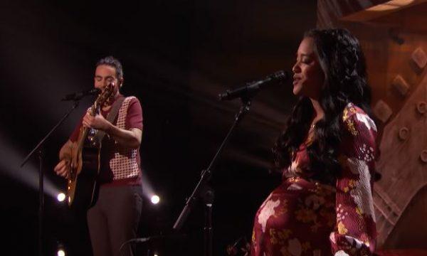 Casal de 'America's Got Talent' emociona ao cantar música autoral para a filha que está a caminho; assista!