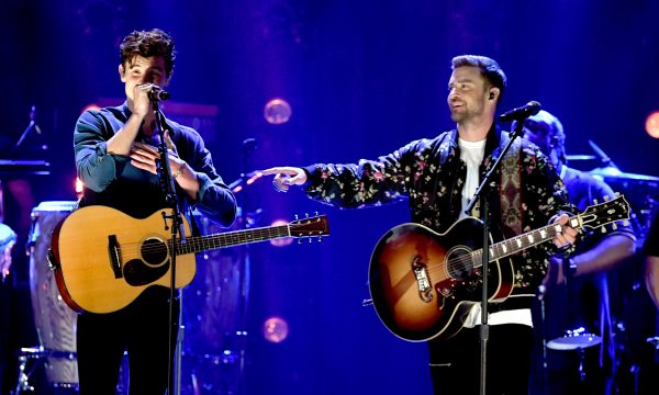 Vídeo: Shawn Mendes e Justin Timberlake arrasam em dueto do hino 'What Goes Around Comes Around'
