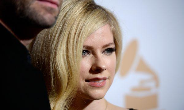 Emocionante! Avril Lavigne se abre sobre doença em primeira música em 5 anos; vem ouvir 'Head Above Water'