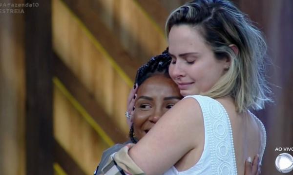 'A Fazenda 10': Luane Dias, do 'Esquenta!', revela segredo e presenteia Ana Paula Renault com carro