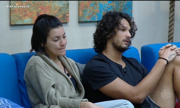 A Fazenda 10: Vídeo – Após investidas, Gabi Prado ganha beijo de João Zoli