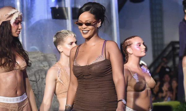 Modelo entra em trabalho de parto após desfilar para coleção de lingeries de Rihanna