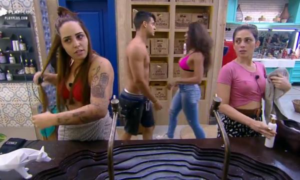 """A Fazenda 10: Nadja provoca rivais com gesto e Perlla briga por espaço no banheiro: """"Psicopata!"""""""